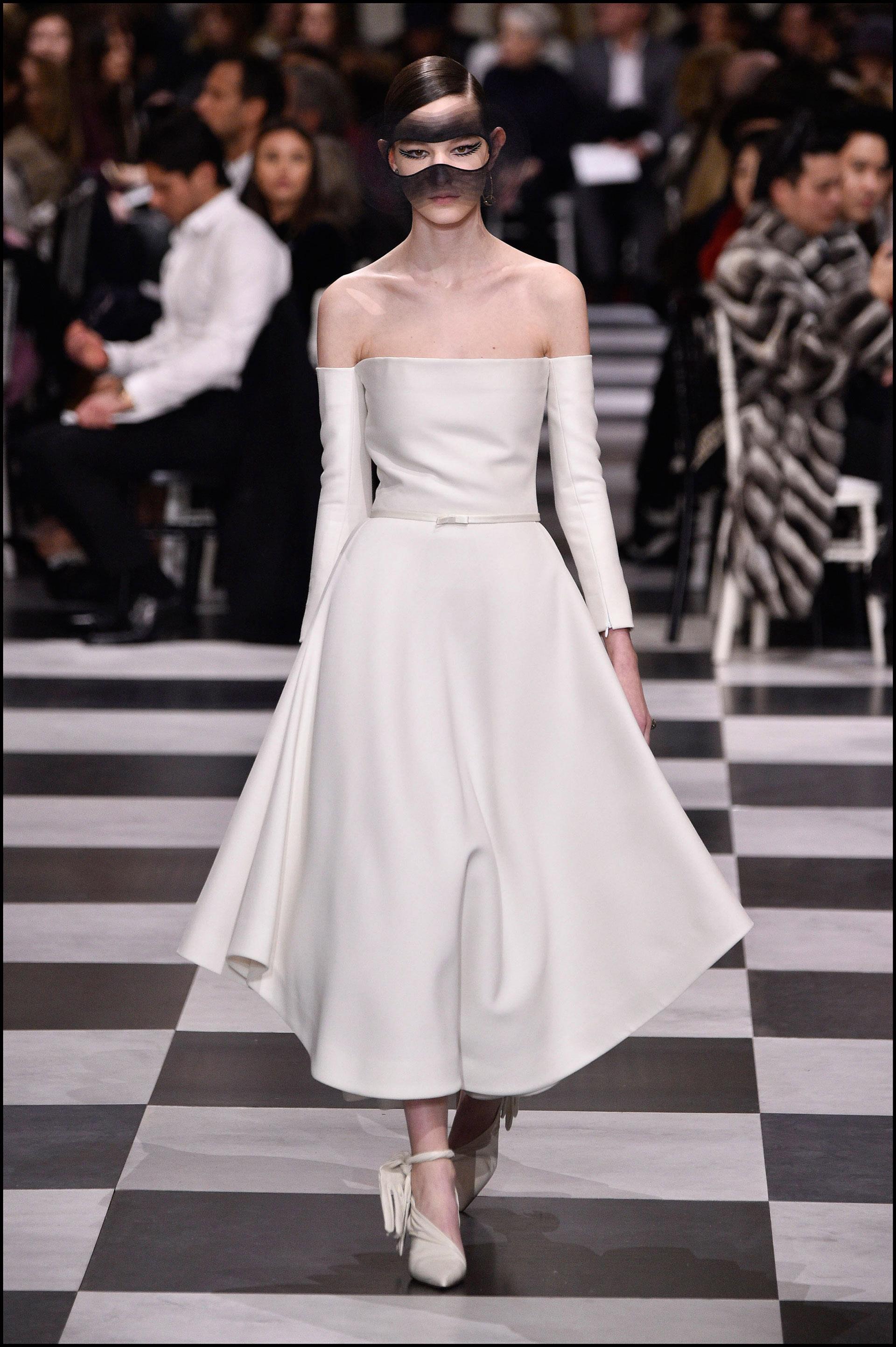 Vestido all white, con la cintura ceñida y escote of the shoulders.