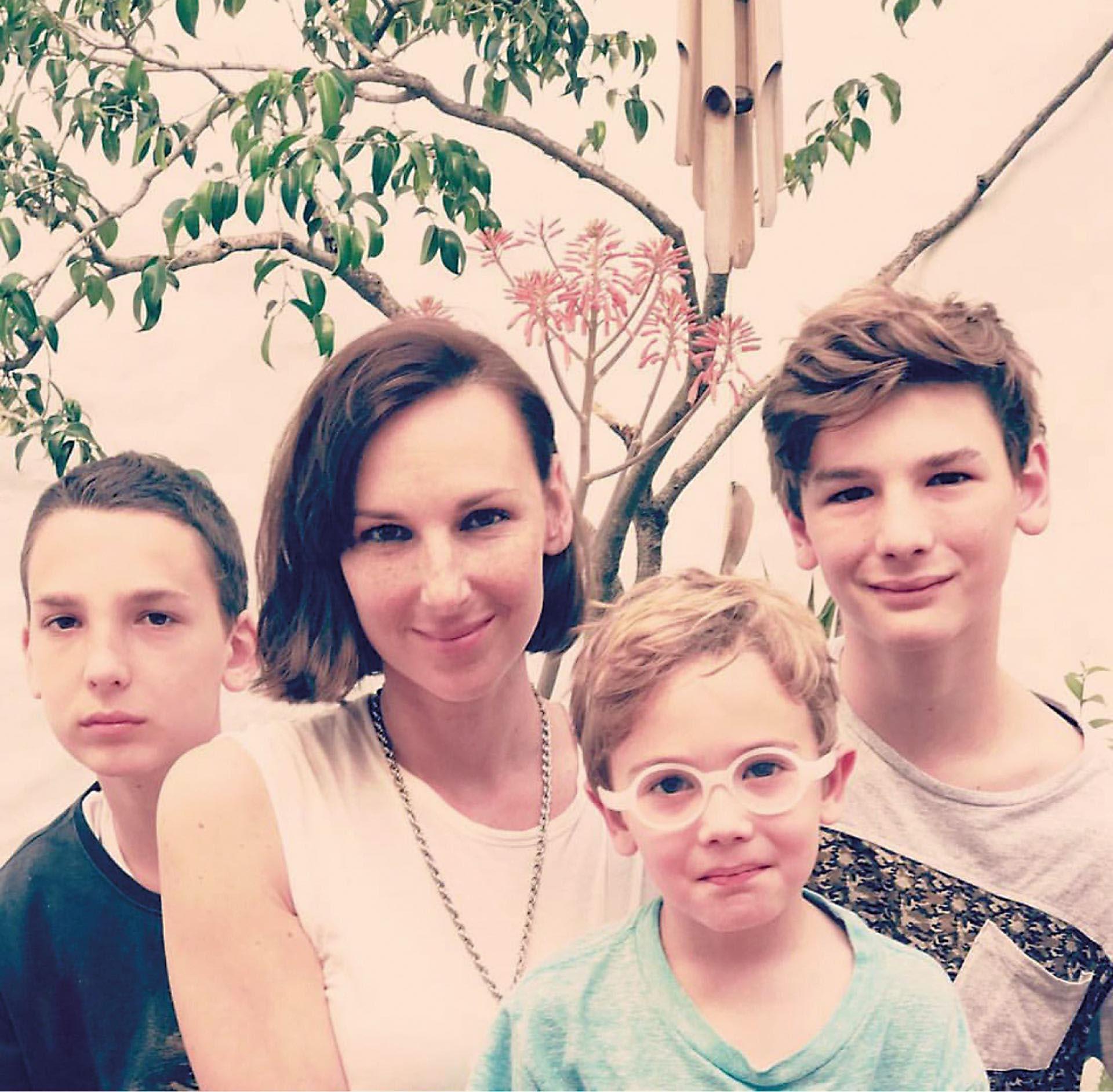 Con su mamá Catarina y sus hermanos Benicio (15) y Justino (6).