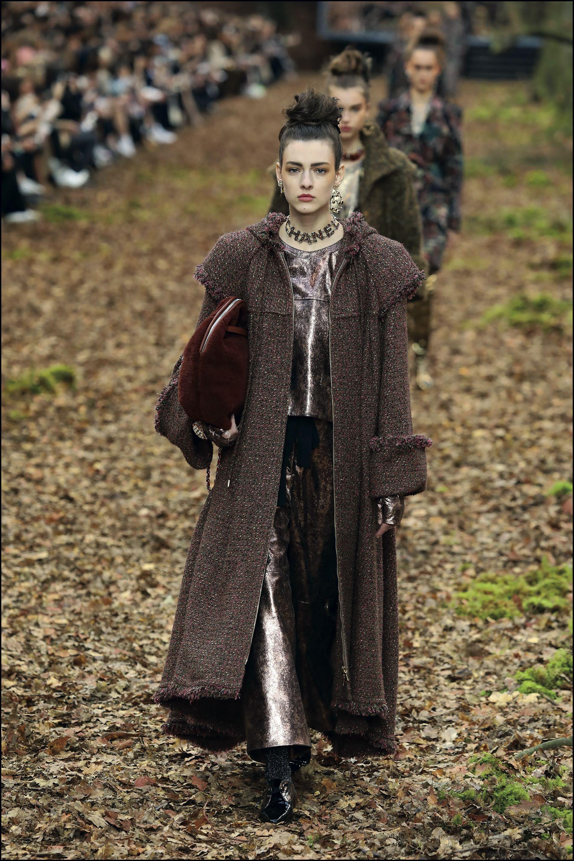 El tweed, tejido insignia de la etiqueta, fue protagonista. Sobresalieron los abrigos largos de grandes hombreras, con plumas y flecos. Las prendas XXL de pelo, las medias de lúrex y las botas con un efecto dorado llenaron de luz el otoño del Káiser.