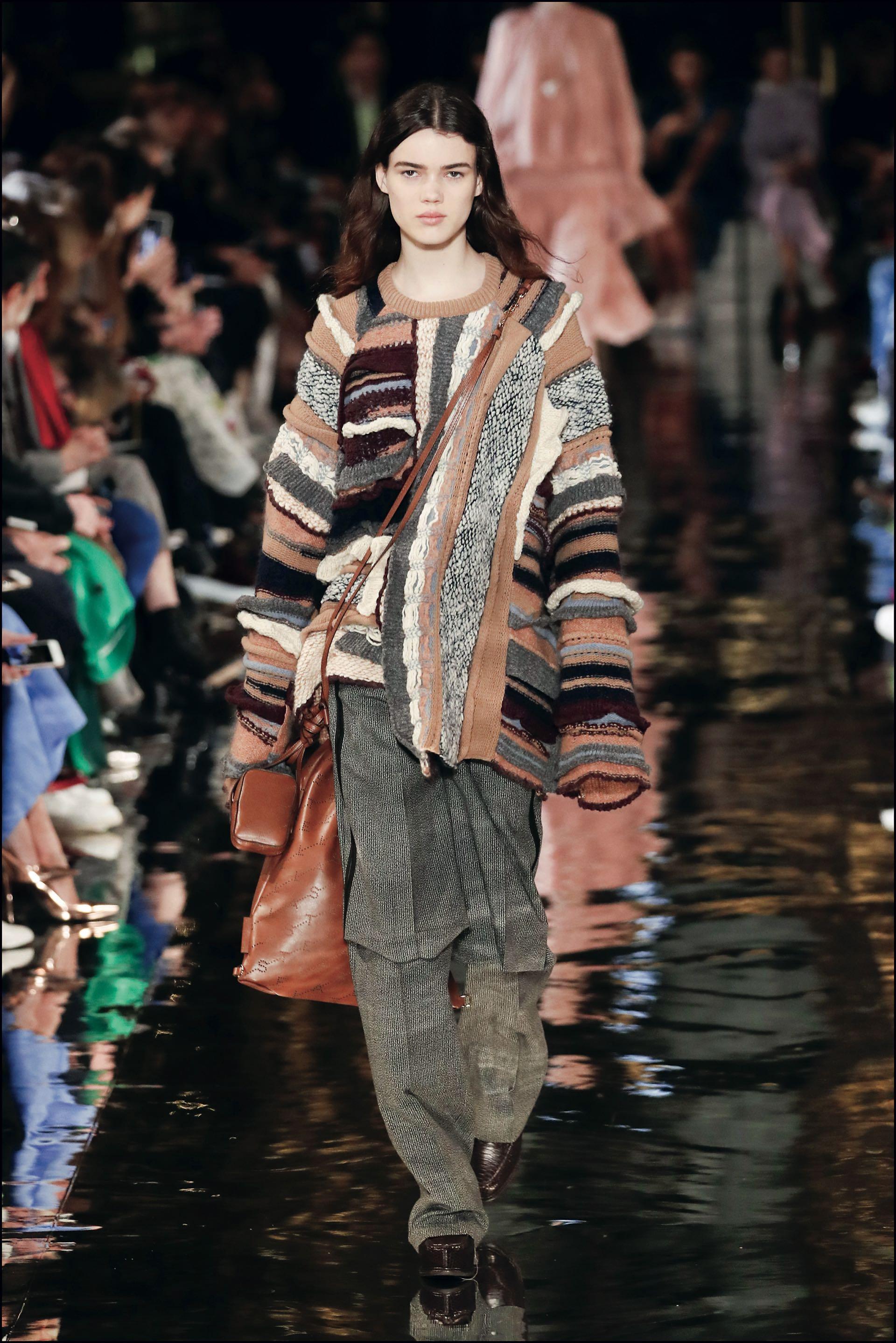 Pantalones masculinos, largos abrigos y una mezcla de tejidos (lana y seda, tweed y encaje) fueron los must de la colección.