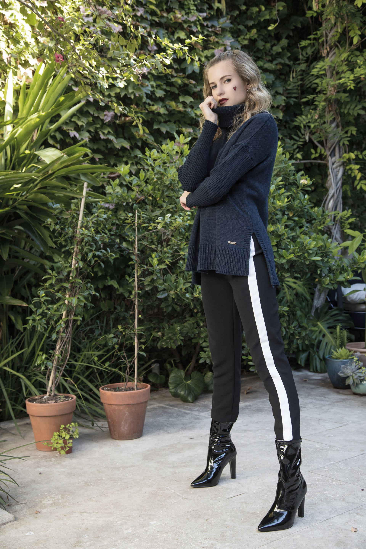Suéter polera ($ 2.190, Wanama), pantalón de jersey con vivo en los costados ($ 1.499, Yagmour) y botas de charol de taco alto ($ 2.700, Aldo para Grimoldi). (Foto: Fernando Venegas/ Para Ti)