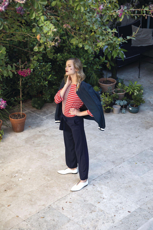 Campera bomber ($ 4.590, Wanama), remera a rayas (Vitamina), pantalón ancho con lazo en la cintura ($ 1.299, Yagmour) y zapatos de charol en punta ($ 3.400, a pie). (Foto: Fernando Venegas/ Para Ti)