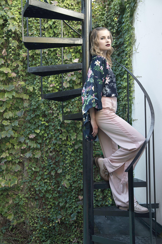 Kimono corto estampado ($ 1.990, Basement), camisa de satén estampada ($ 1.699, Ted Bodin), pantalón ancho de raso ($ 1.580, Ríe) y abotinados de charol ($ 2.490, Viamo). (Foto: Fernando Venegas/ Para Ti)