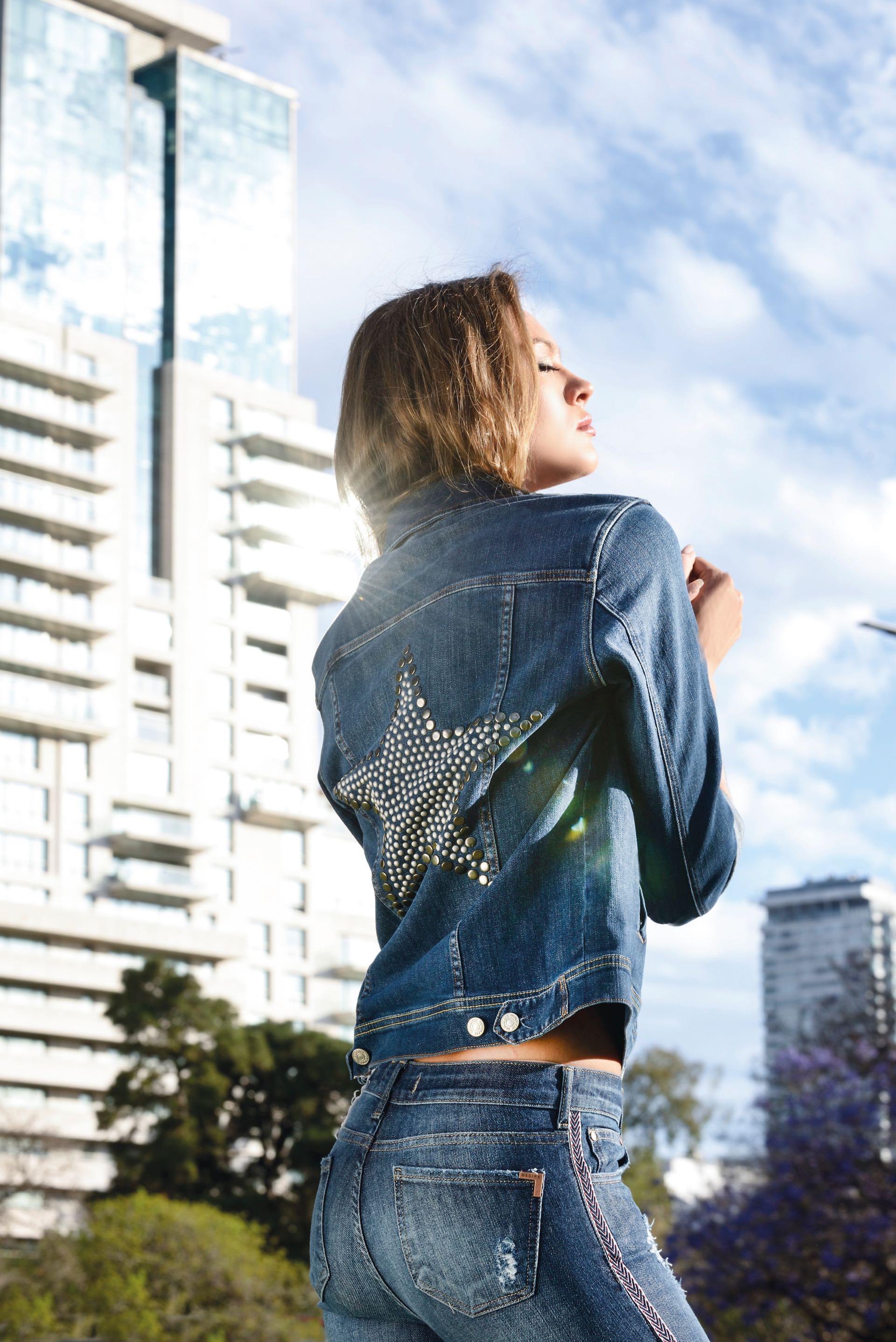 Campera con estrella de tachas en la espalda (Kosiuko) y jean con galón y parches (Ossira). (Foto Conejo Collins/ Para Ti)
