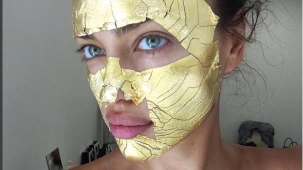 La top model rusa también se realiza el tratamiento de belleza con máscara de oro