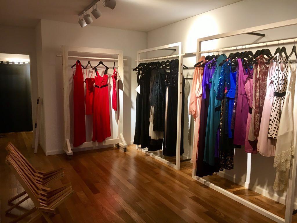 El showroom con una amplia variedad de prendas de fiesta, cortos, largos, minimalistas, o de vanguardia