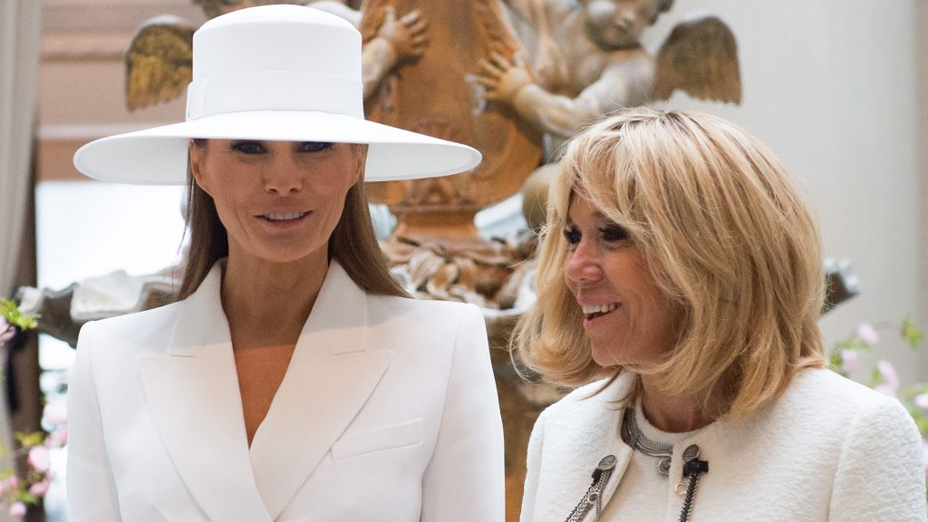 US First Lady Melania Trump and Brigitte Macron, wife of the French President, tour the National Gallery of Art in Washington, DC, April 24, 2018. / AFP PHOTO / SAUL LOEB