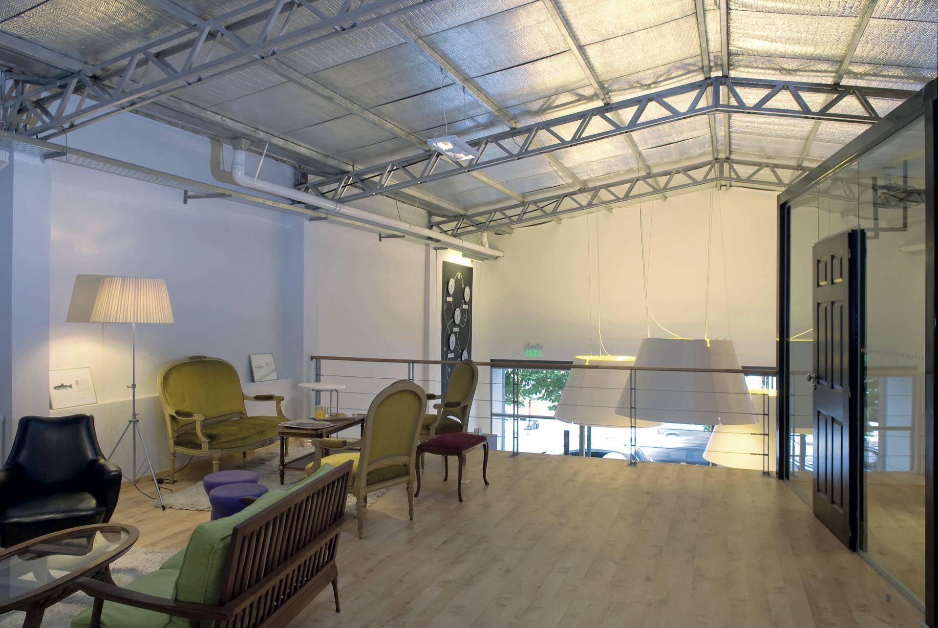 URBAN STATION Open space, $ 85 la hora. Prepaga de 5 horas, $ 290 y de 40, $ 2.800. Mensual, $ 3.600 + IVA. Una sala para 8 personas por 4 horas, $ 2.220.