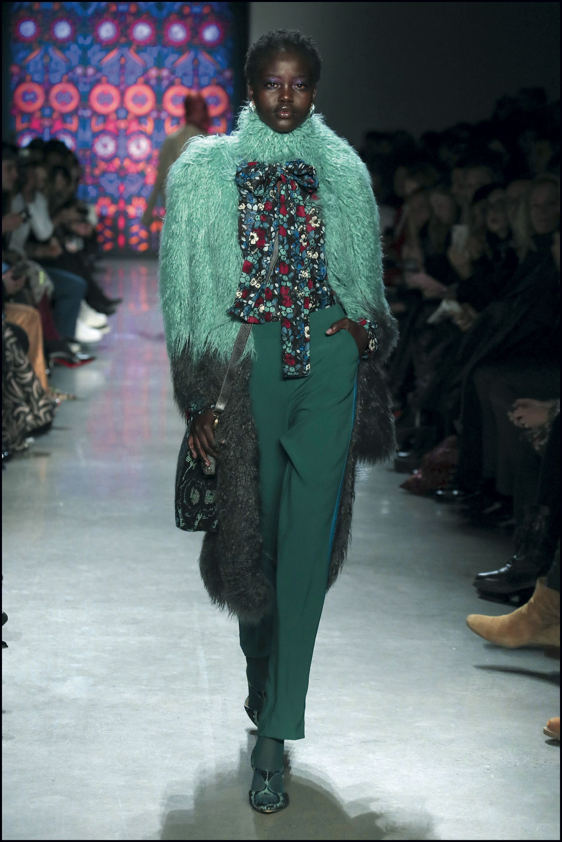 Se vieron medias de colores, prints florales y geométricos, prendas de piel falsa, camisas con lazos y mangas amplias.