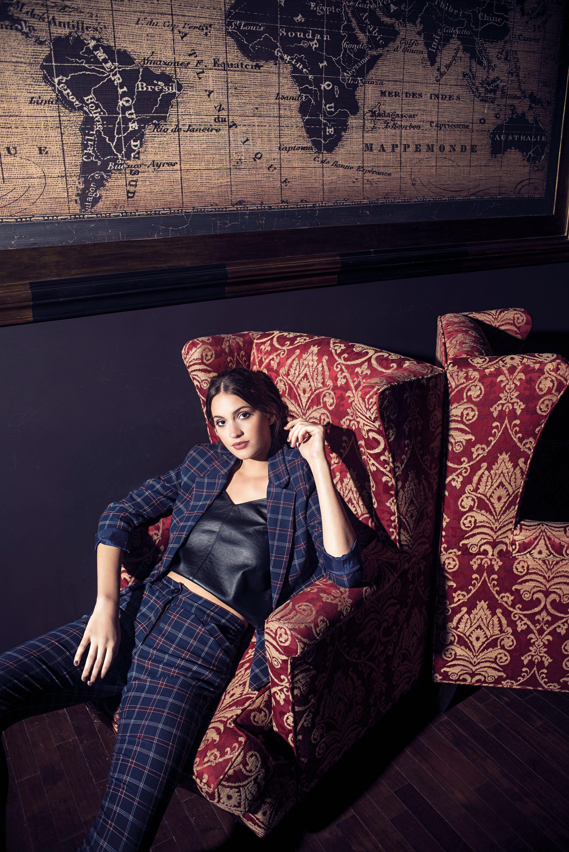 Blazer y pantalón cropped ($ 2.470 y $ 1.510,Florencia Rey Clothing) y top de cuero ecológico ($ 900,Estancias). (Foto: Maia Croizet/ Para Ti)
