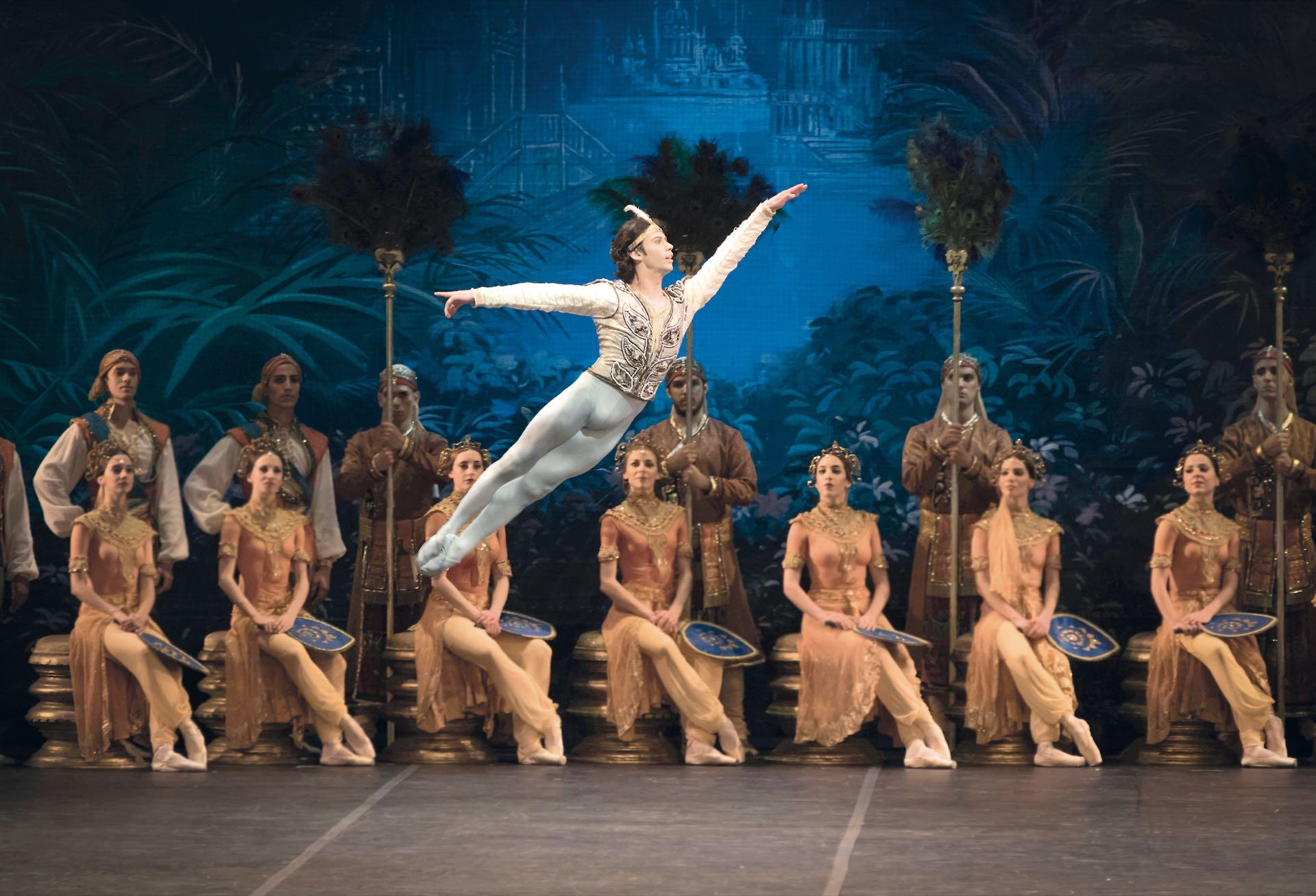"""Herman bailando La bayadera en el Teatro Colón en 2016. """"Fue mi primera presentación oficial con el Ballet Estable del Teatro Colón. La segunda será el 8 de abril cuando llegue a Buenos Aires para protagonizar El Corsario""""."""