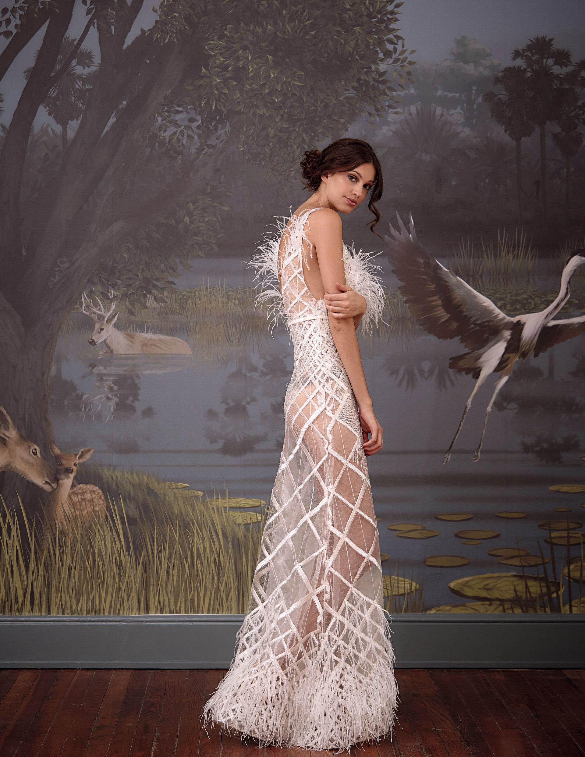 Vestido transparente con plumas (US$ 4.700, Javier Saiach).