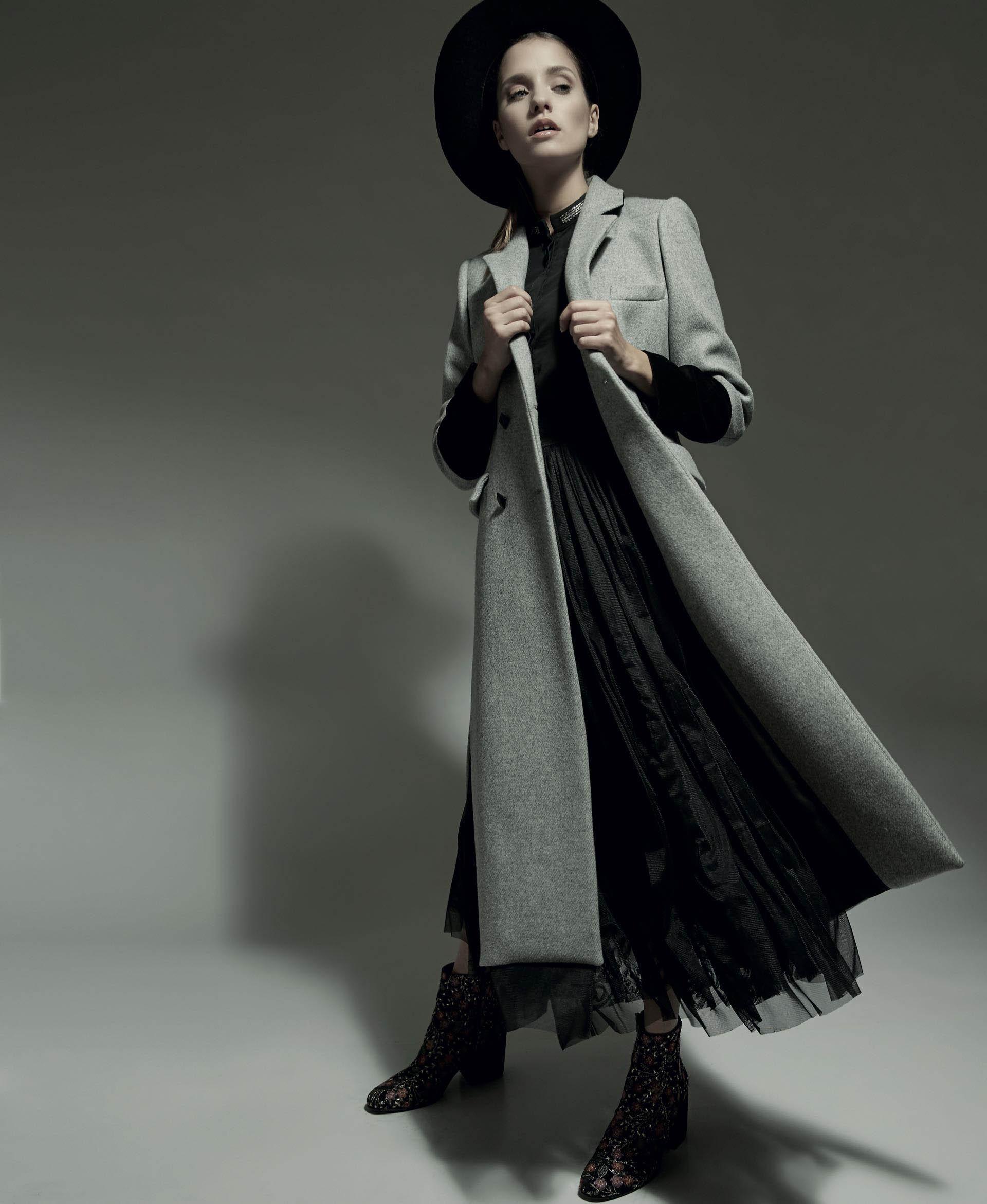 Maxitapado con mangas combinadas ($ 7.200, Clara), blusa con detalles de tachas ($ 2.140, Markova), falda de tul ($ 3.045, La Cofradía), botitas bordadas($ 3.890, Blaquè) y sombrero ($ 2.100, Compañía de Sombreros).