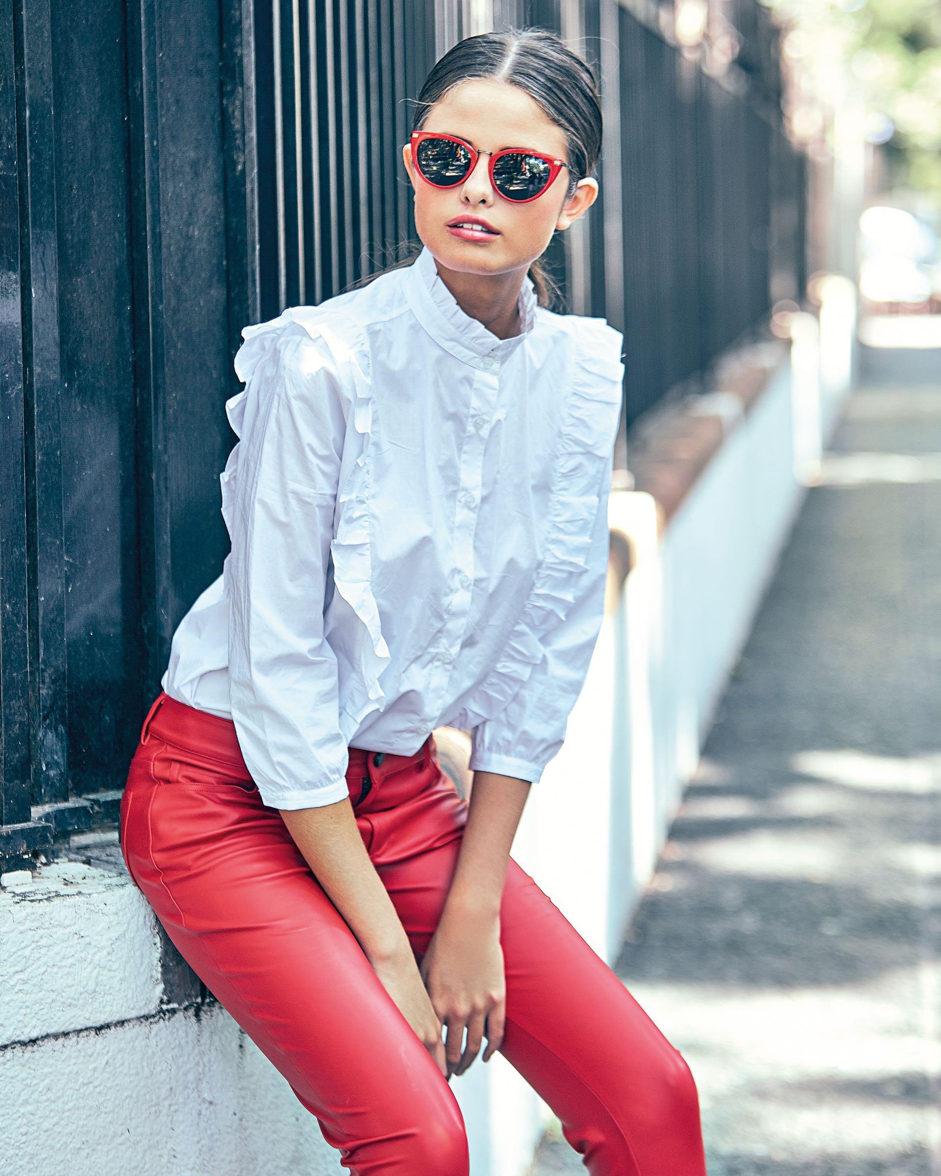 Camisa con volados ($ 1.299, Yagmour), pantalón de cuerina ($ 2.600, Kosiuko) y anteojos de sol ($ 2.985, AY Not Dead). (Foto: Juan Manuel Rodríguez/ Para Ti)