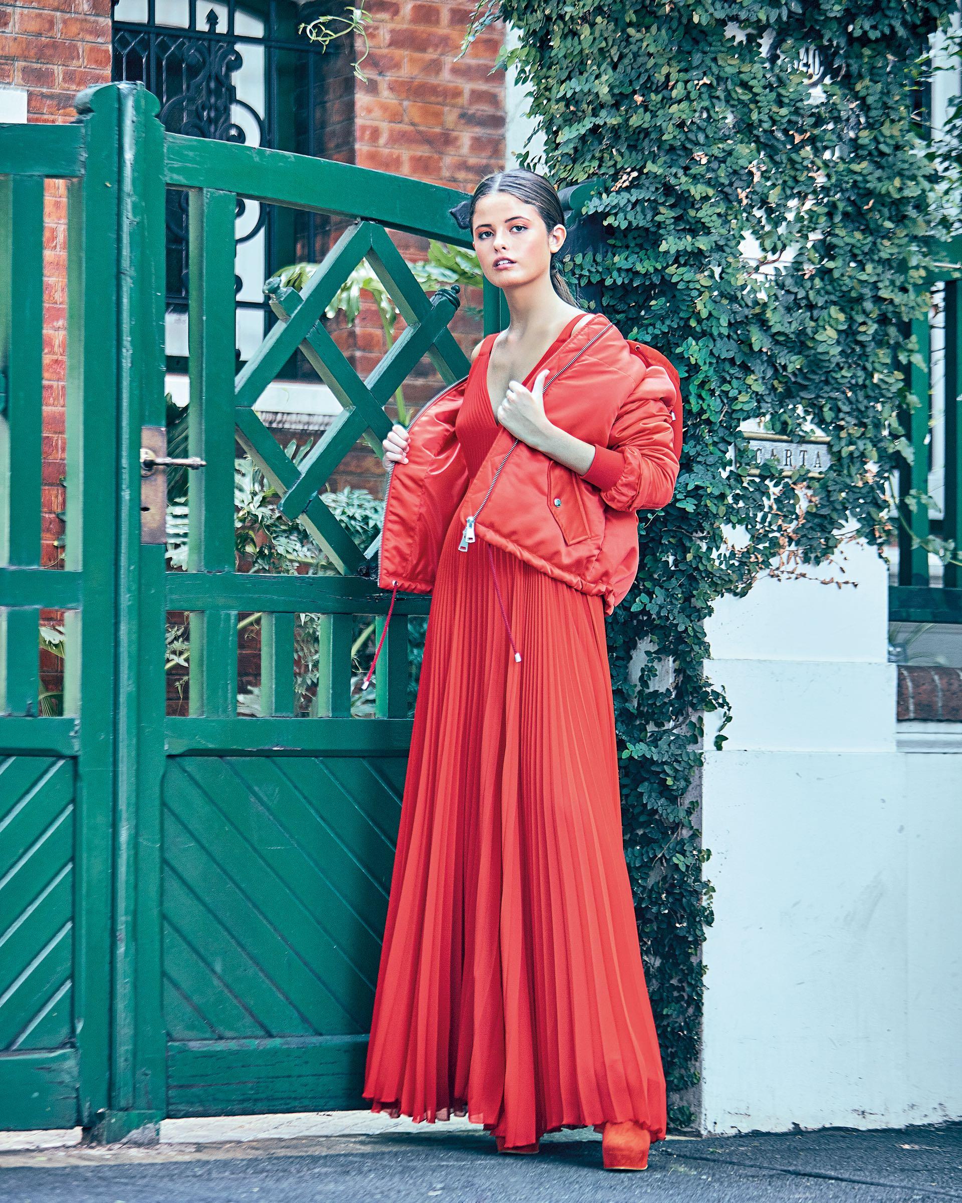 Vestido largo plisado (aprox. $ 9.500, Allô Martínez), campera inflable ($ 2.499, Yagmour) y botinetas de gamuza ($ 6.880, The Bag Belt). (Foto: Juan Manuel Rodríguez/ Para Ti)