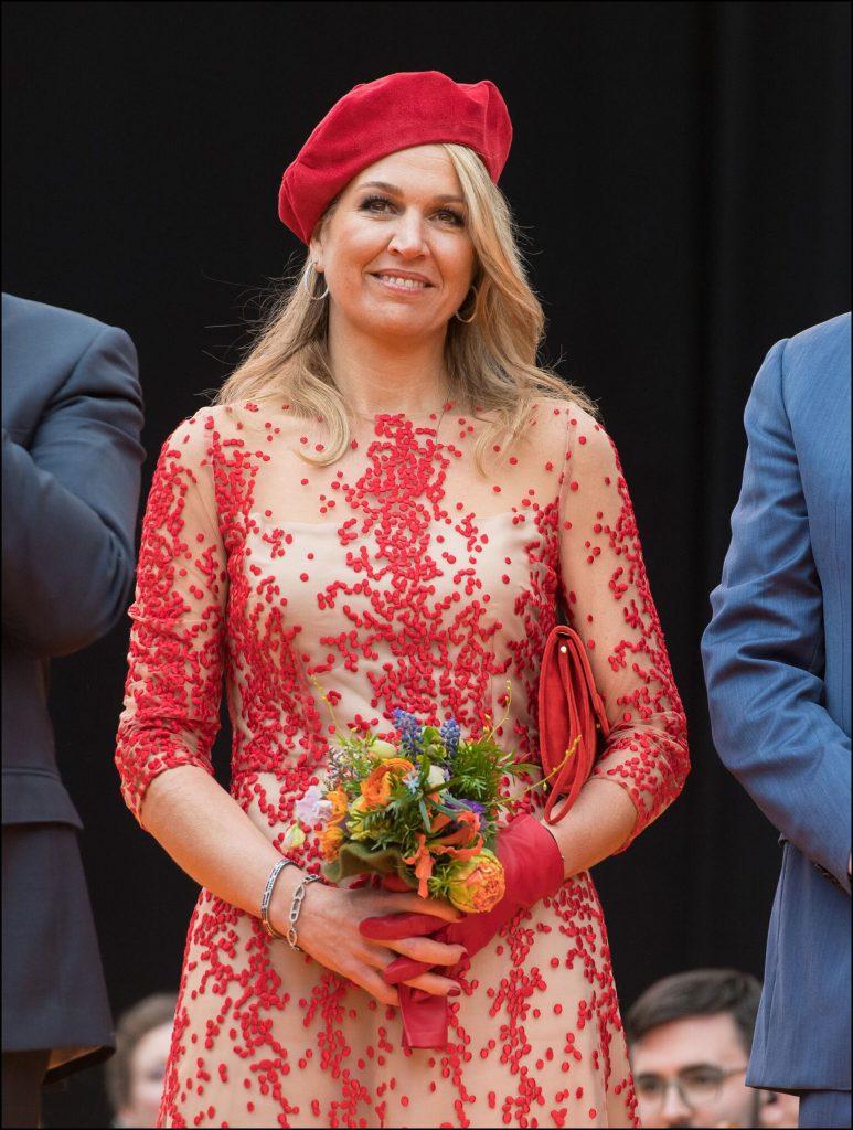 La Reina deslumbró por su look borado en tono rojo y el toque glamoroso fue la boina