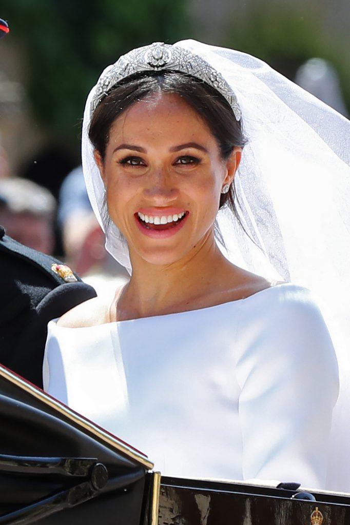 La exactriz estadounidense Meghan Markle llevaba un vestido de novia de color blanco creado por la diseñadora británica Clare Waight Keller, directora artística de la casa de alta costura francesa Givenchy.