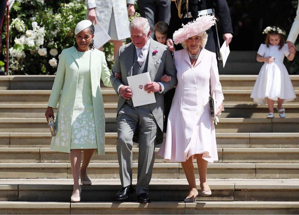 Doria Raglan, la mamá de Meghan, el príncipe Carlos y Camila dejan la iglesia.