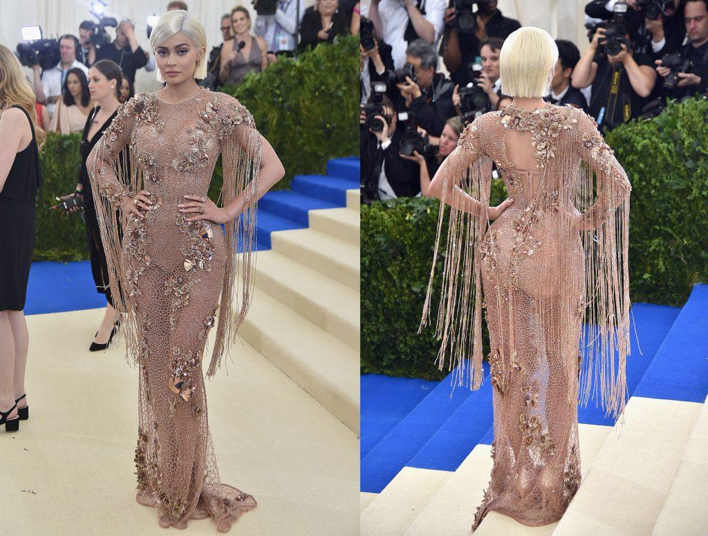 Kylie Jenner con un vestido de Atelier Versace con detalles florales superpuestos y flecos de cristales de Swaroski.