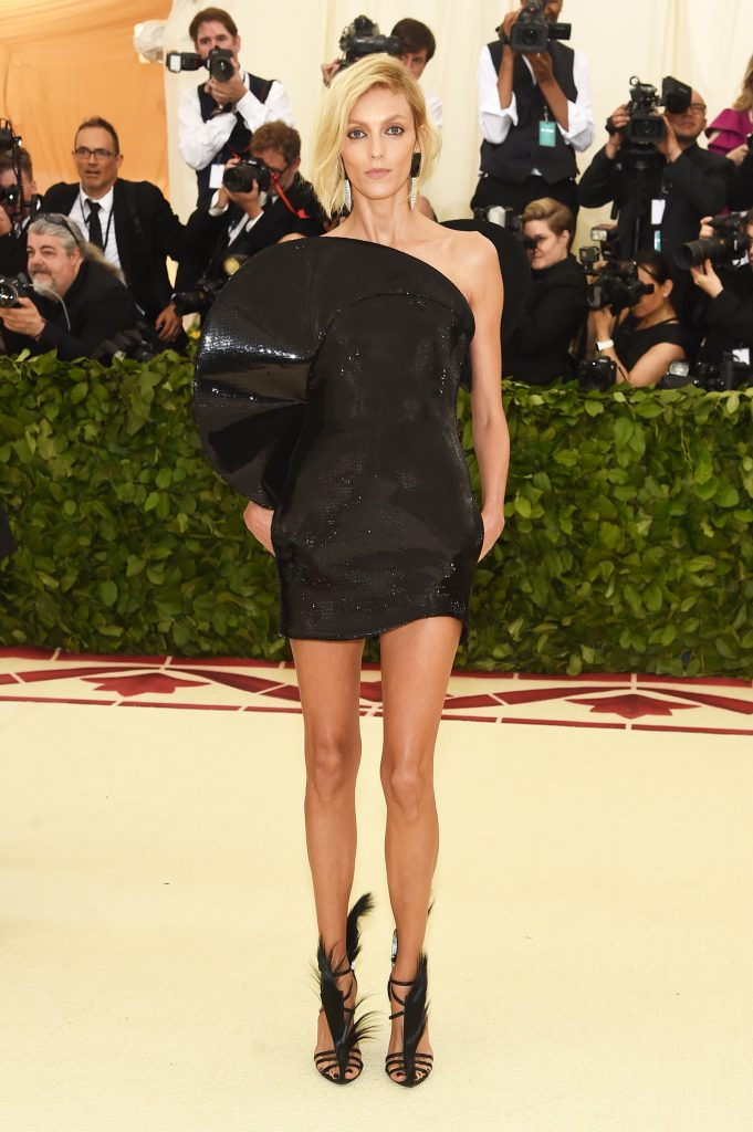 Anja Rubik, top se inclinó por un mini dress eb en lentejuelas de Saint Laurent (AFP)