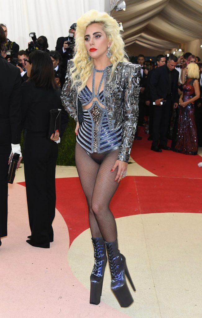 Lady Gaga en 2016 con un look de Versace, acostumbrada a la extravagancia y osadía se inclinó por un body con estética futurista (Getty)