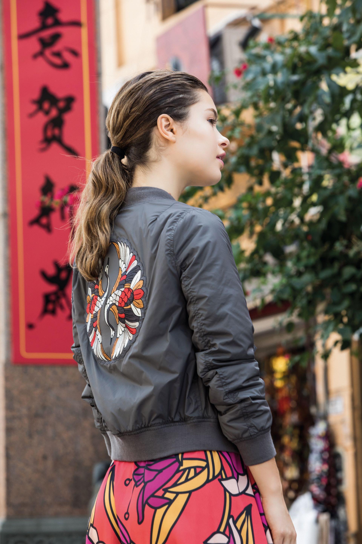 Bomber con espalda bordada ($ 3.990, Wanama) y vestido estampado ($ 2.990, Las Pepas). (Fotos: Fernando Venegas/ Para Ti)