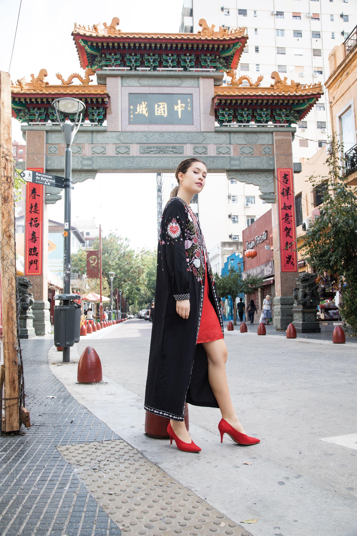 Maxikimono bordado ($ 6.990, Kosiuko), vestido a la rodilla ($ 5.900, Vitamina) y stilettos ($ 1.800, a pie). (Fotos: Fernando Venegas/ Para Ti)