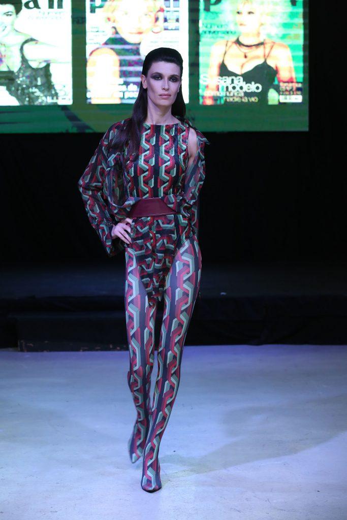 El total look noventoso de Laurencio Adot, top de chifon y legging botas con estampa digital