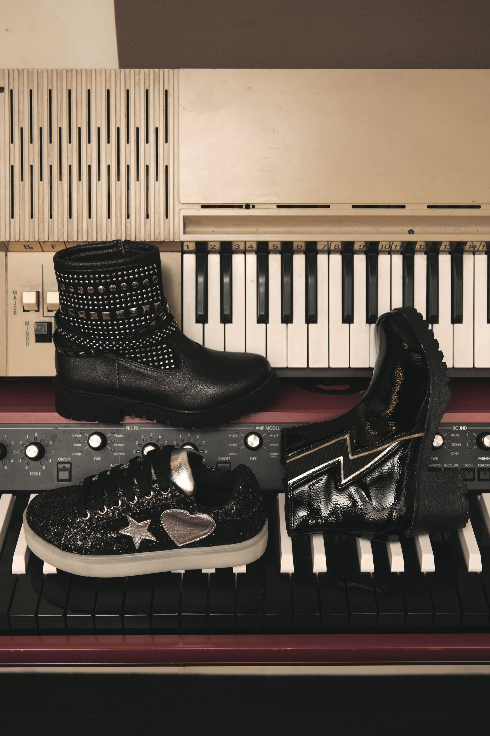 Bota con tachas ($ 1.890), zapatilla con led ($ 1.800) y borceguí con rayo ($ 1.990).