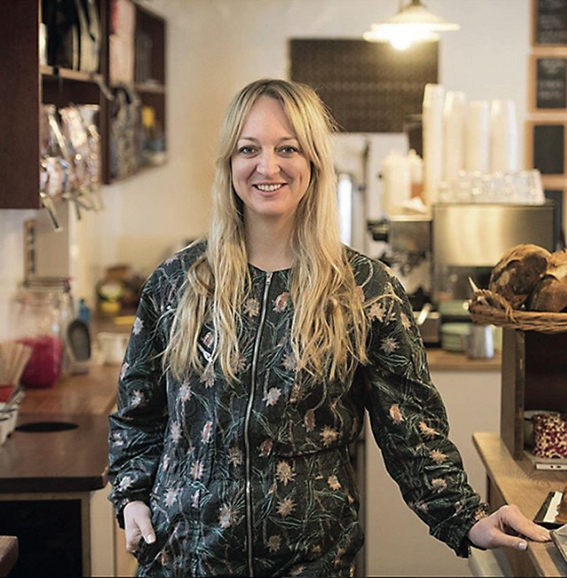 xTorta. La responsable es la chef Claire Ptak, dueña de la pastelería Violet Cakes. Los novios dejaron de lado la tradición de la torta nupcial de frutas y eligieron una de limón y flor de sauco, cubierta de crema chantilly y con flores a modo de decoración.