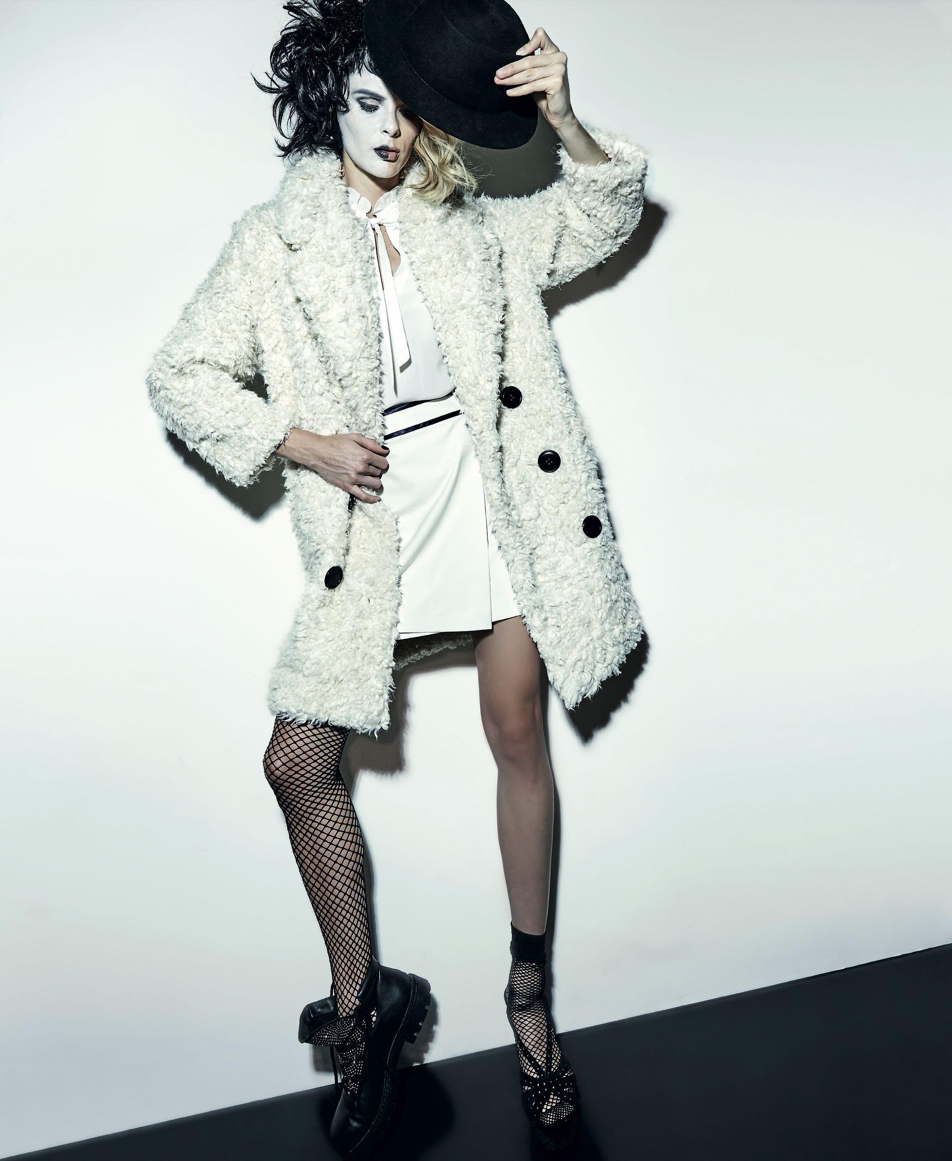 Tapado de lana (Cher), camisa de gasa con lazo (Carmela Achaval), mini con cinturón ($ 3.572, Tommy Hilfiger), medias de red (Mora), borceguí de cuero con brillos ($ 2.160, Fragola), sandalia de gamuza con brillos ($ 2.280, Belsoulye) y sombrero de fieltro de lana ($ 2.160, Made in Chola).