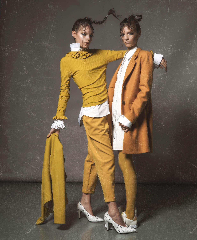 Camisa con tablas en los puños ($ 2.400, Kosiuko), remera de manga larga con volados ($ 1.350, Naíma), pantalón con elástico en la cintura ($ 1.918, La Cofradía), stilettos de cuero con tachas ($ 4.549, Paruolo) y blazer (Inversa). Camisa (FP Paloma Cepeda), tapado de paño ($ 8.490, Las Pepas), medias de color (Mora) y zapatillas de cuero ($ 1.899, Reebok).