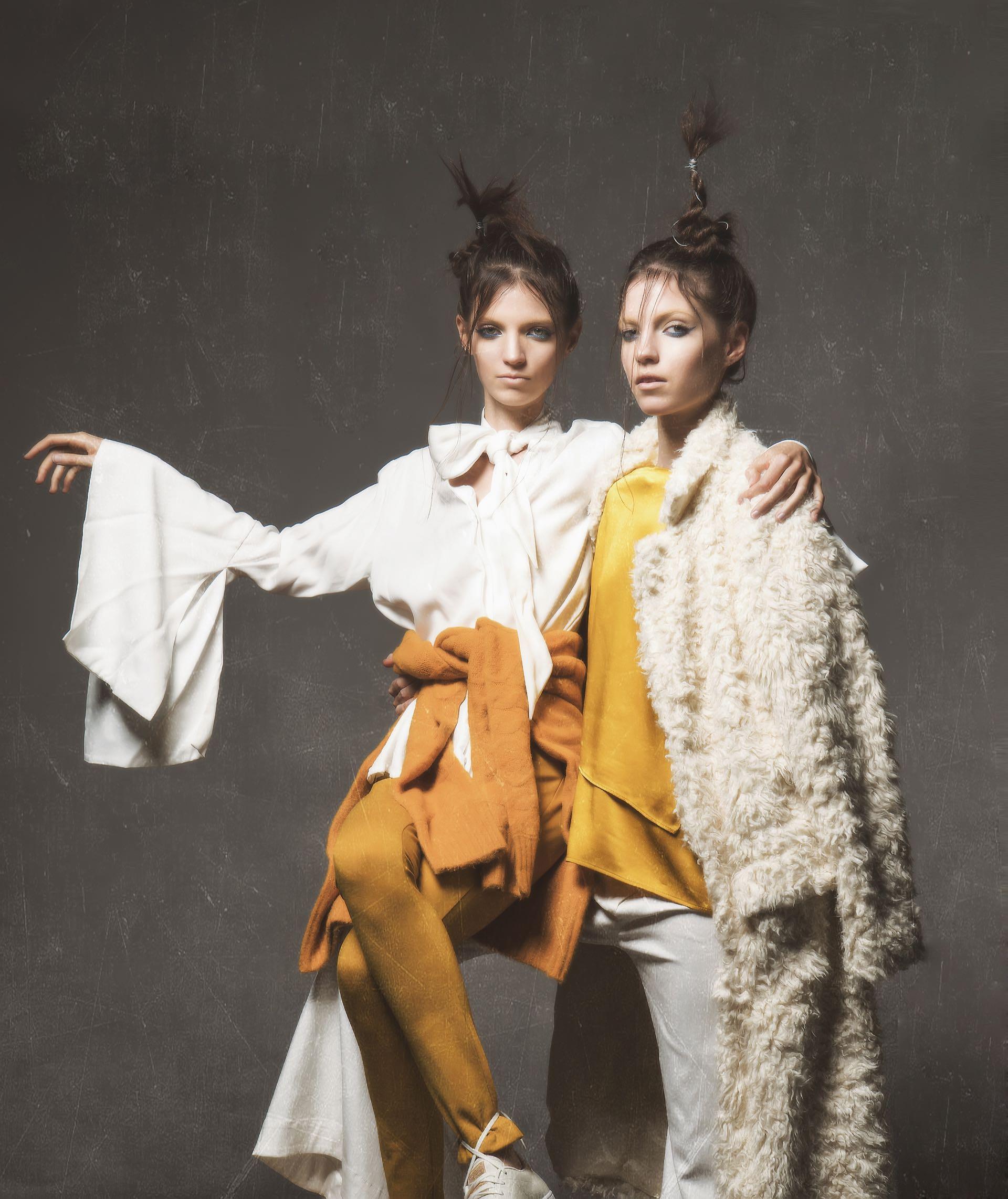 Tapado de piel de cabra rizada sintética ($ 8.498, Ayres), pantalón Oxford ($ 2.590, Allô Martínez) y blusa de seda con manga farol ($ 1.575, Ossira).