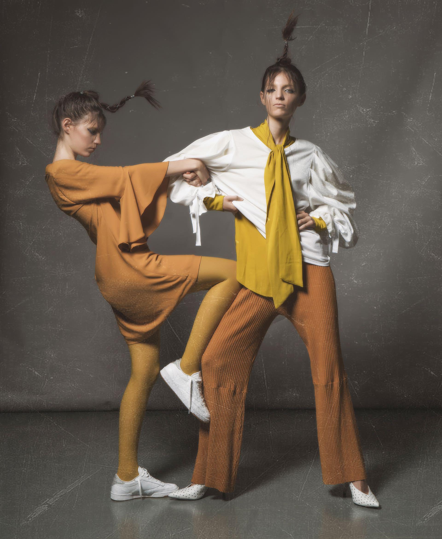 Camisa con lazo (Carmela Achaval), remera con mangas amplias ($ 1.029, Melocotón), pantalón de lana ($ 2.240, Mishka) y stilettos de cuero con tachas ($ 4.549, Paruolo). Vestido con volados ($ 2.139, Melocotón), medias de color (Mora) y zapatillas de cuero ($ 1.999, Reebok).