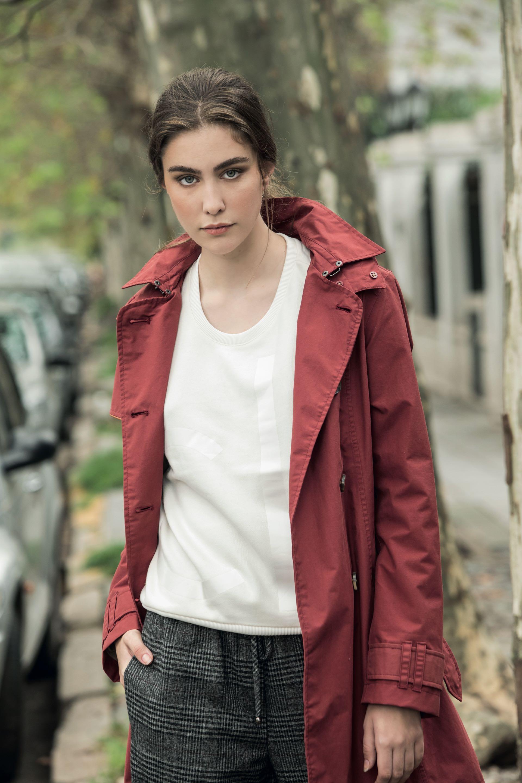 Impermeable con capucha ($ 5.500, Timberland), buzo ($ 2.710, Calvin Klein) y pantalón Príncipe de Gales ($ 1.690, Las Pepas). (Foto: Fernando Venegas/ Para Ti)