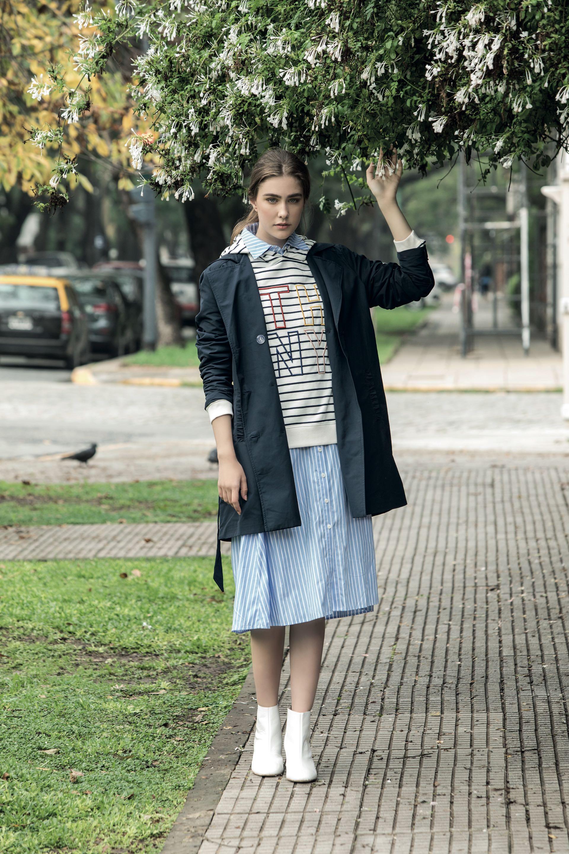 Trench ($ 3.790, Portsaid), vestido camisero ($ 3.300, Vitamina), buzo rayado con capucha ($ 4.464, Tommy Hilfiger) y botas de charol ($ 3.900, a pie). (Foto: Fernando Venegas/ Para Ti)