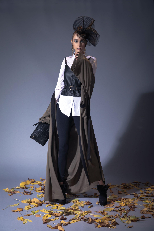 Camisa manga larga ($ 1.559, Melocotón), top de cuero sintético y cinturón ($ 950 y $ 560, Estancias), leggings ($ 1.050, KWS Key Whoss), botinetas de cuero ($ 7.230, The Bag Belt), sobre ($ 1.190, XL Extra Large), aros (Pérez Sanz) y kimono de seda ($ 2.890, Square).