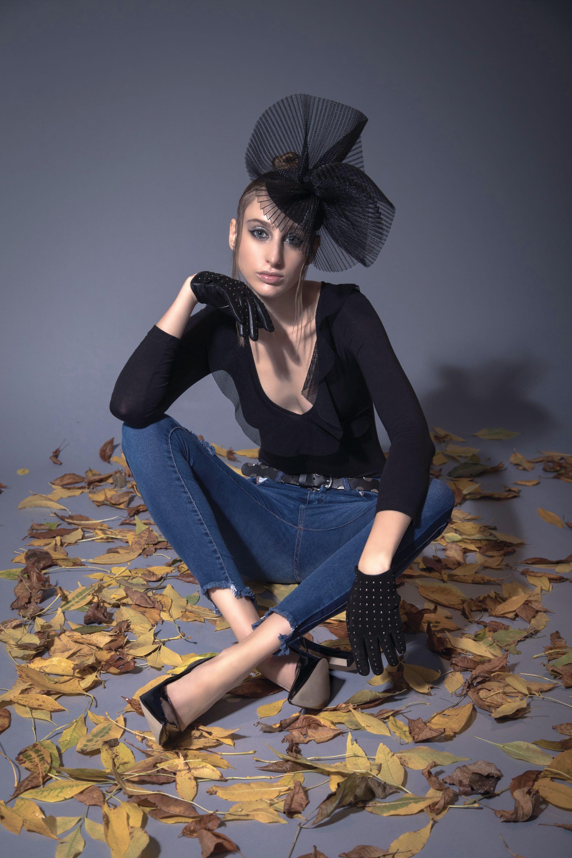 Body con escote ($ 445, Peuque), jean chupín con franja lateral ($ 1.341, Teenitas), guantes de gamuza y cinturón de cuero ($ 2.300 y $ 1.500, Uma) y stilettos de charol ($ 2.390, Blaquè).