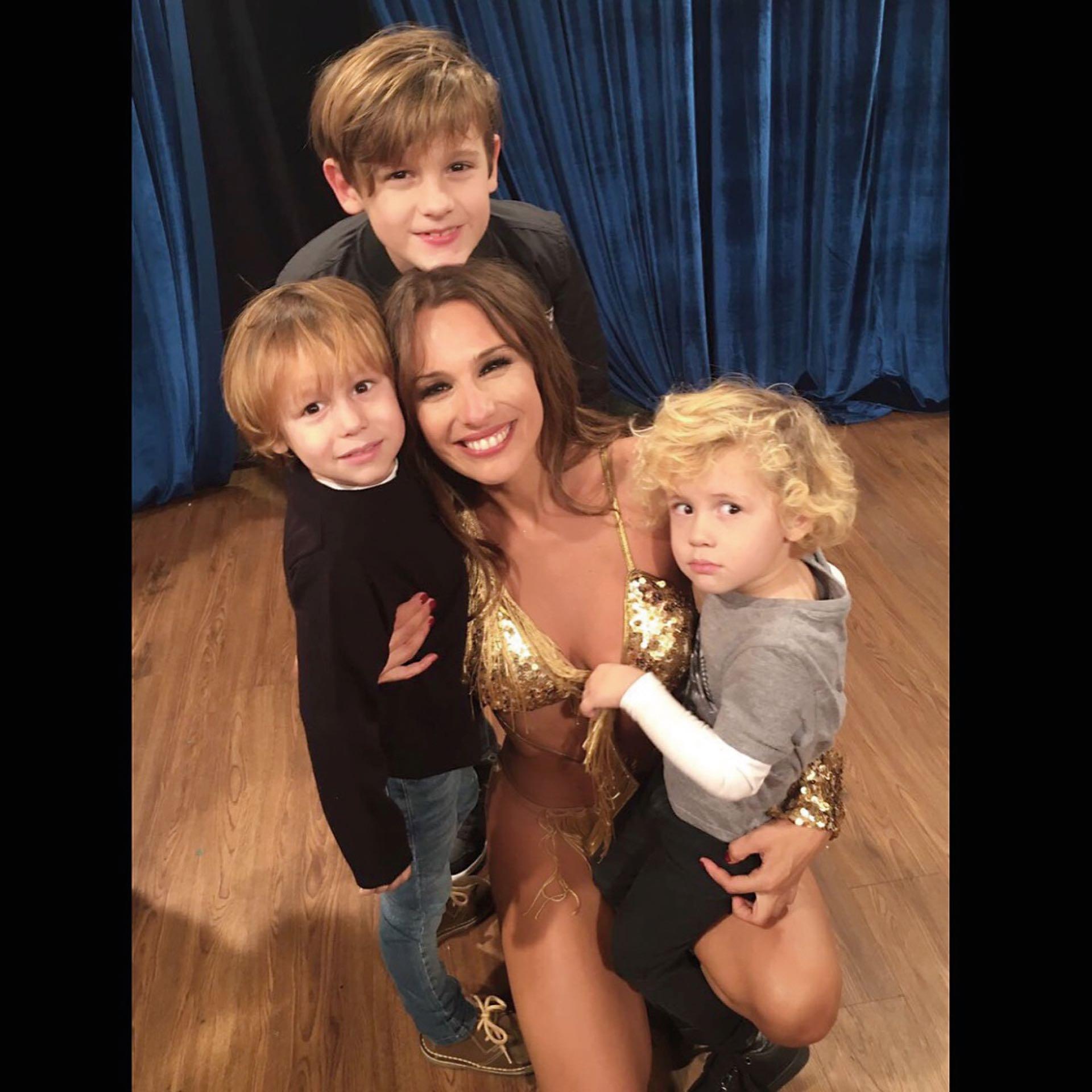 En el Bailando junto a sus hijos Bautista, Beltrán y Benicio.