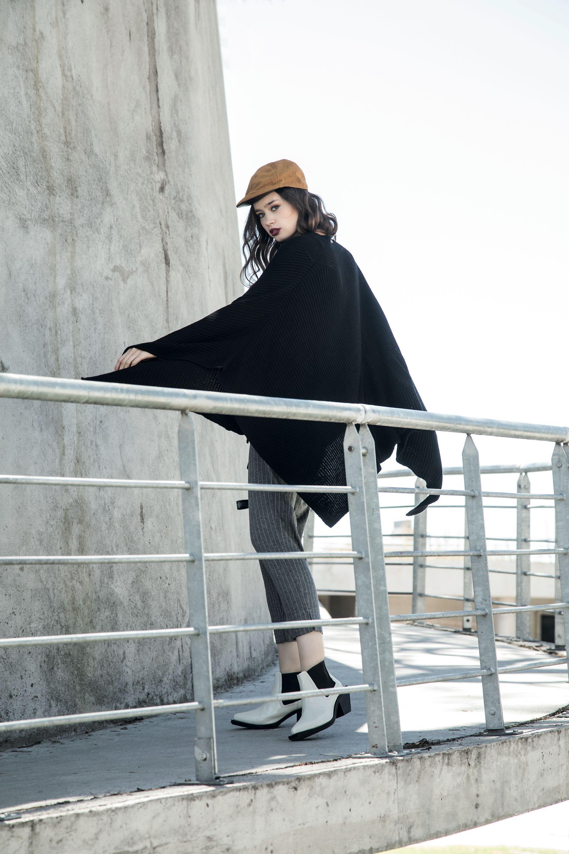 Poncho de lana (Cher), pantalón chupín a rayas con cintura elastizada ($ 2.028, La Cofradía), botinetas de charol ($ 6.340, Mishka) y boina ($ 720, Compañía de Sombreros).