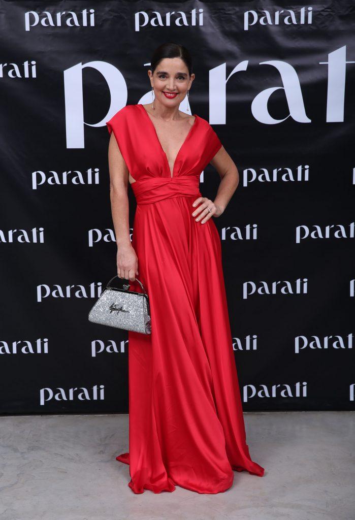Verónica Barano, con un total look red, un vestido de seda natural escote en V de...accesorios
