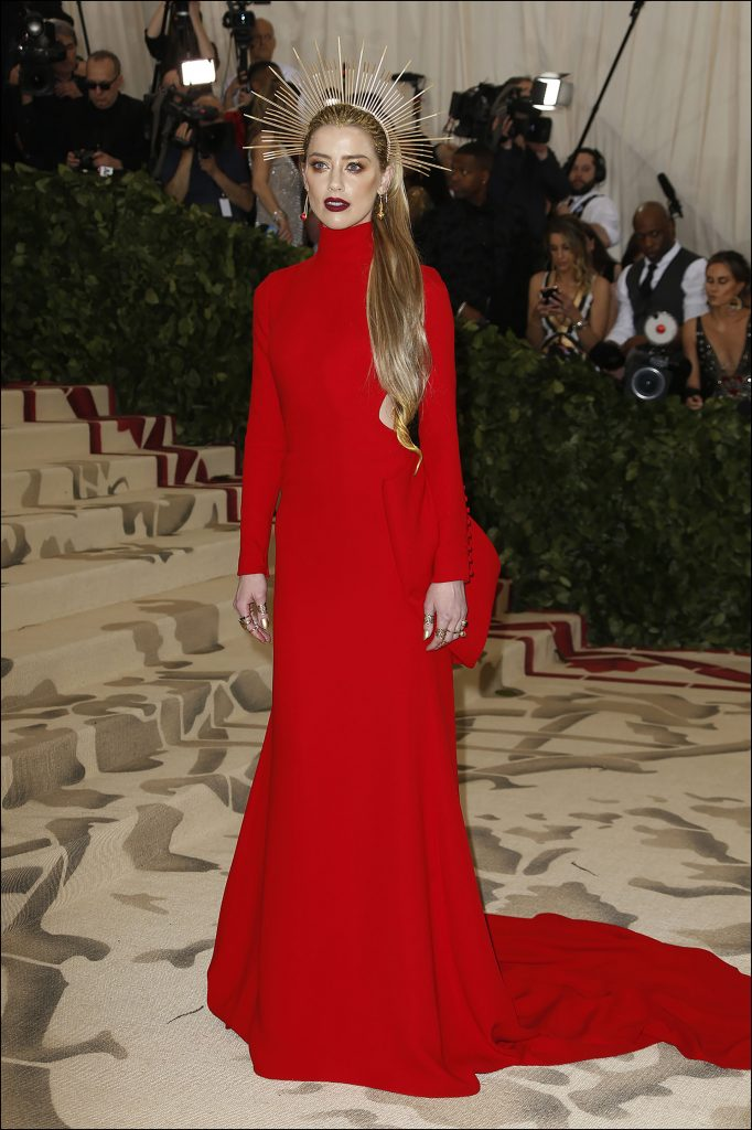 Amber Heard -lady in red- por Carolina Herrera
