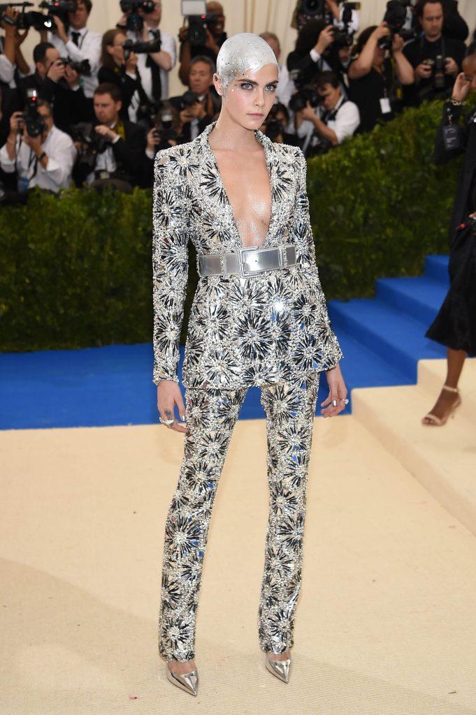 Cara Delevigne metalizada por Chanel (Getty Images)
