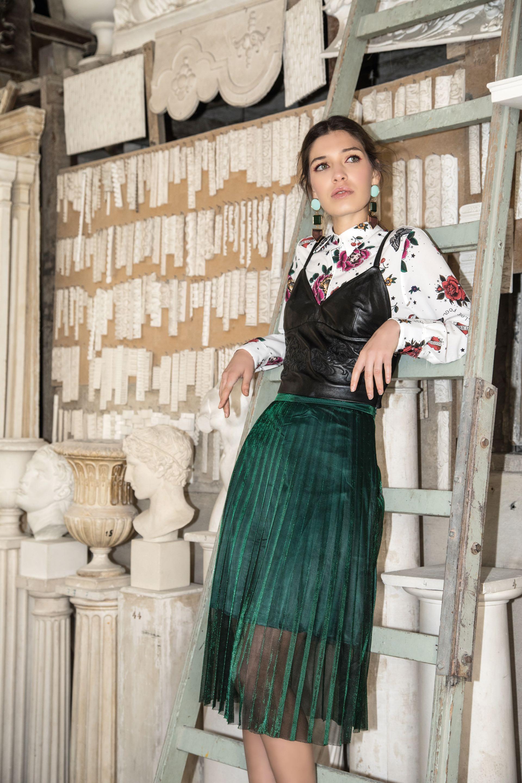 Camisa estampada con flores, mariposas y tigres ($ 2.600, Kosiuko), top de cuero negro bordado ($ 6.100, Uma) y falda plisada.Fotos: Fernando Venegas.