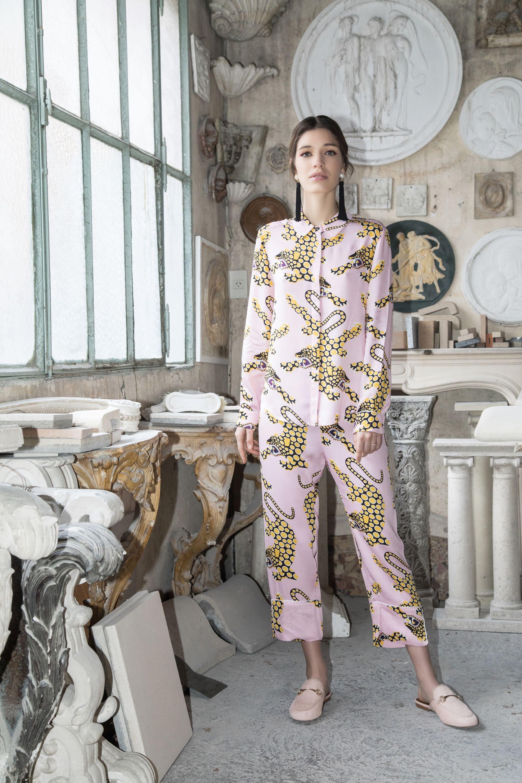 Conjunto de camisa y pantalón con estampa leopardo (Cher), aros de flecos ($ 980, Luna Garzón) y slippers de pelo con hebilla ($ 2.490, Prüne).Fotos: Fernando Venegas.