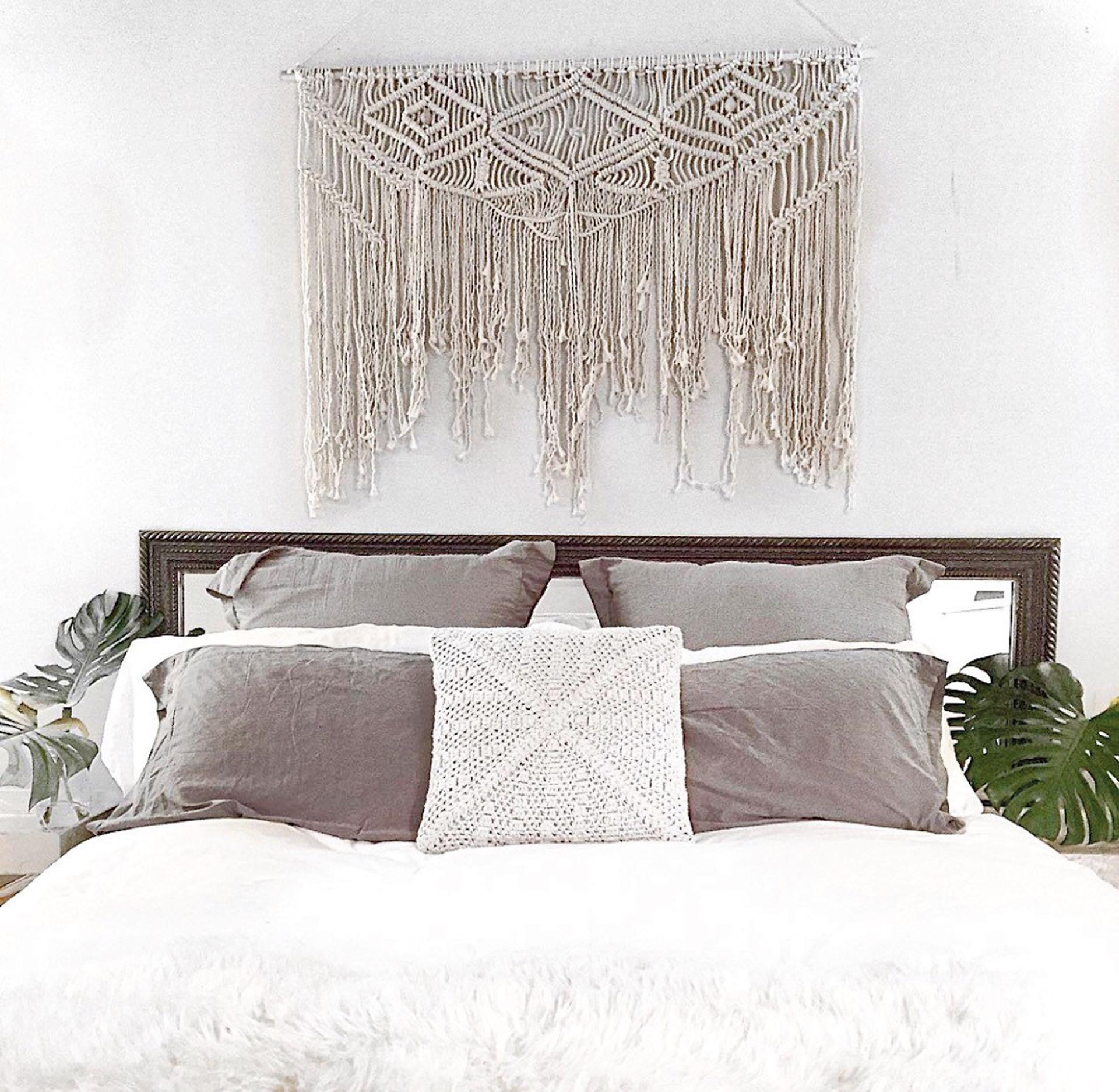 EN EL CUARTO La última tendencia es ubicar tapices de macramé en la cabecera de la cama.