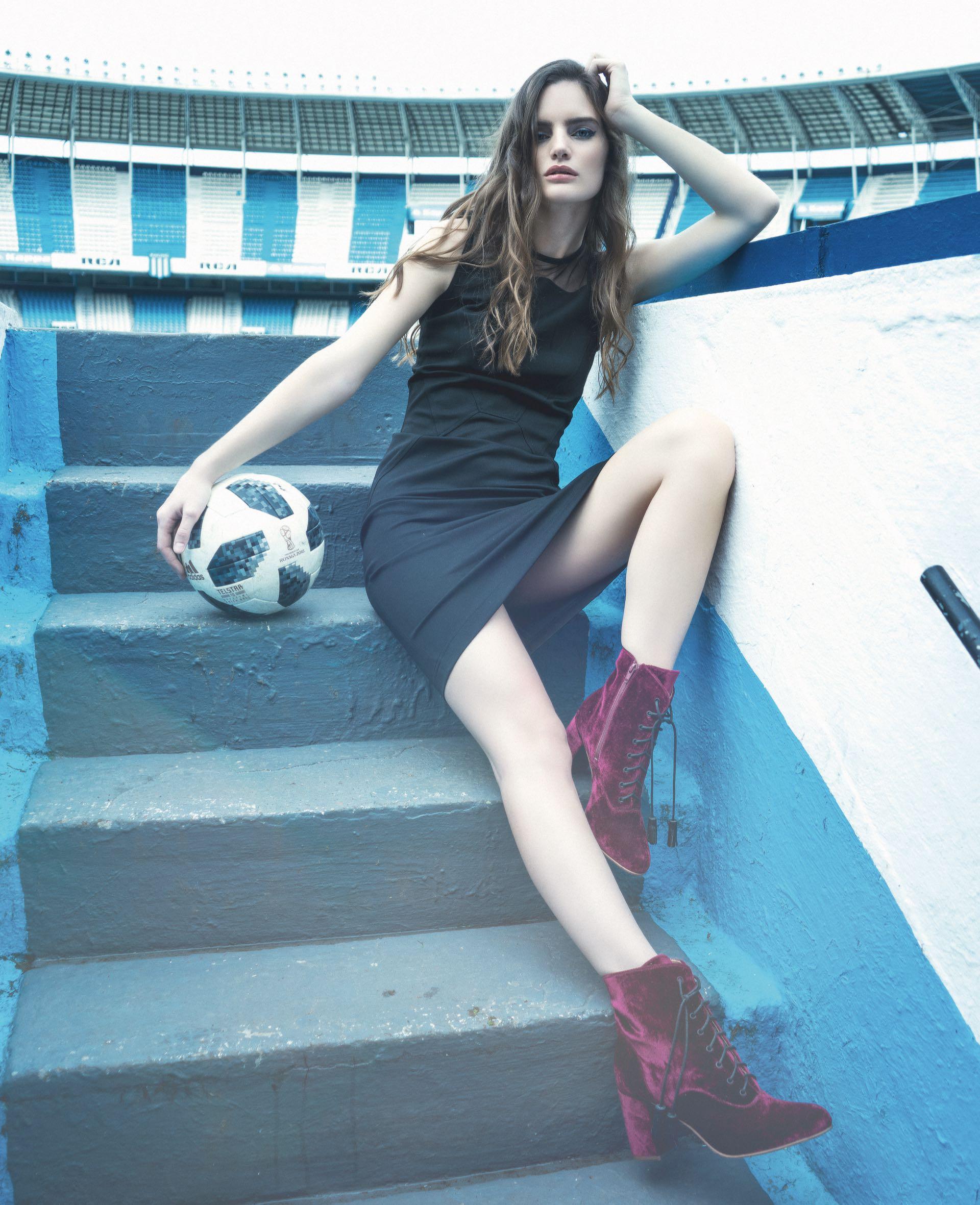 Vestido con transparencia ($ 4.214, Calvin Klein) y botas de velvet ($ 6.900, Vitamina).