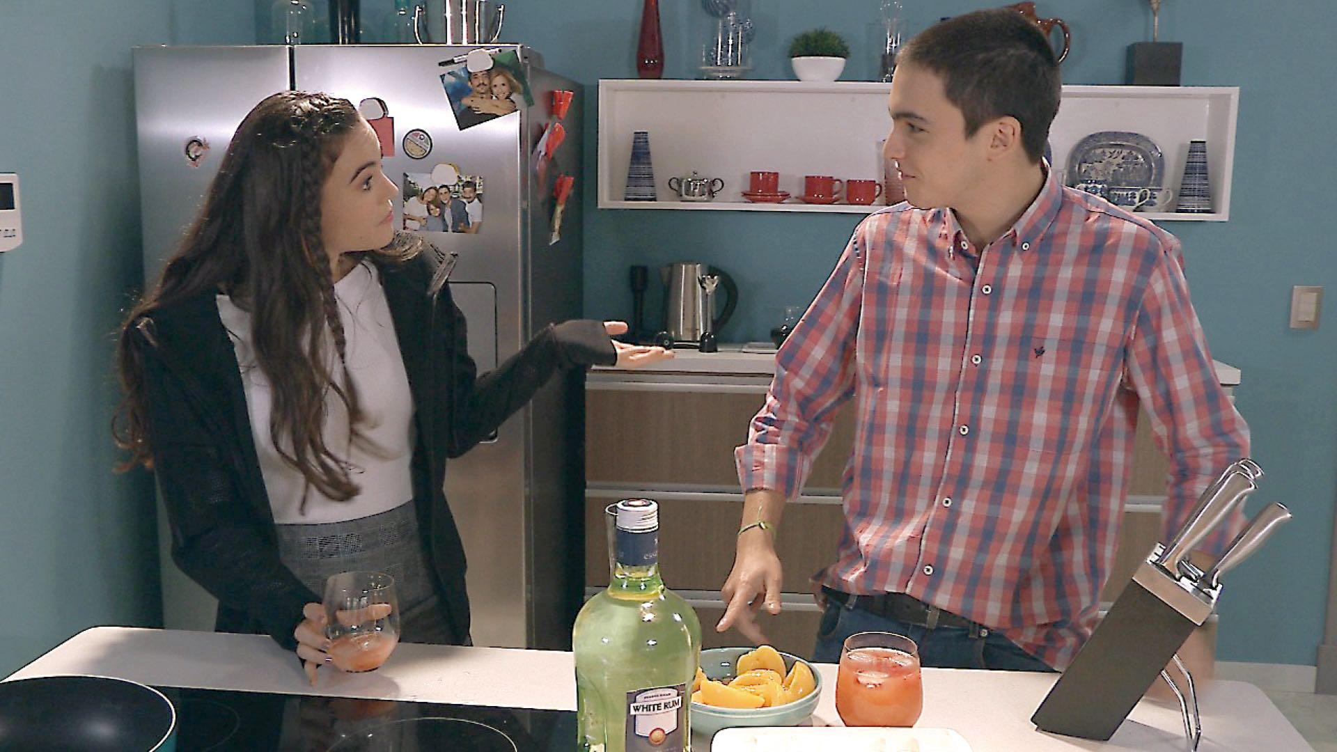 Lola Morán interpreta a Soledad en Cien días para enamorarse. En la ficción ella trata de seducir Juan Minujín, pero es su hijo quien está interesado en ella.