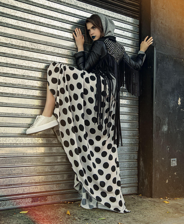Suéter con capucha (Clara Ibarguren), chaqueta con flecos y tachas (Rimmel), falda de seda a lunares ($ 3.330, Melocotón) y zapatillas de cuero y lana ($ 1.900, Aldo para Grimaldi). (Foto: Juan Jauregui/ Para Ti)