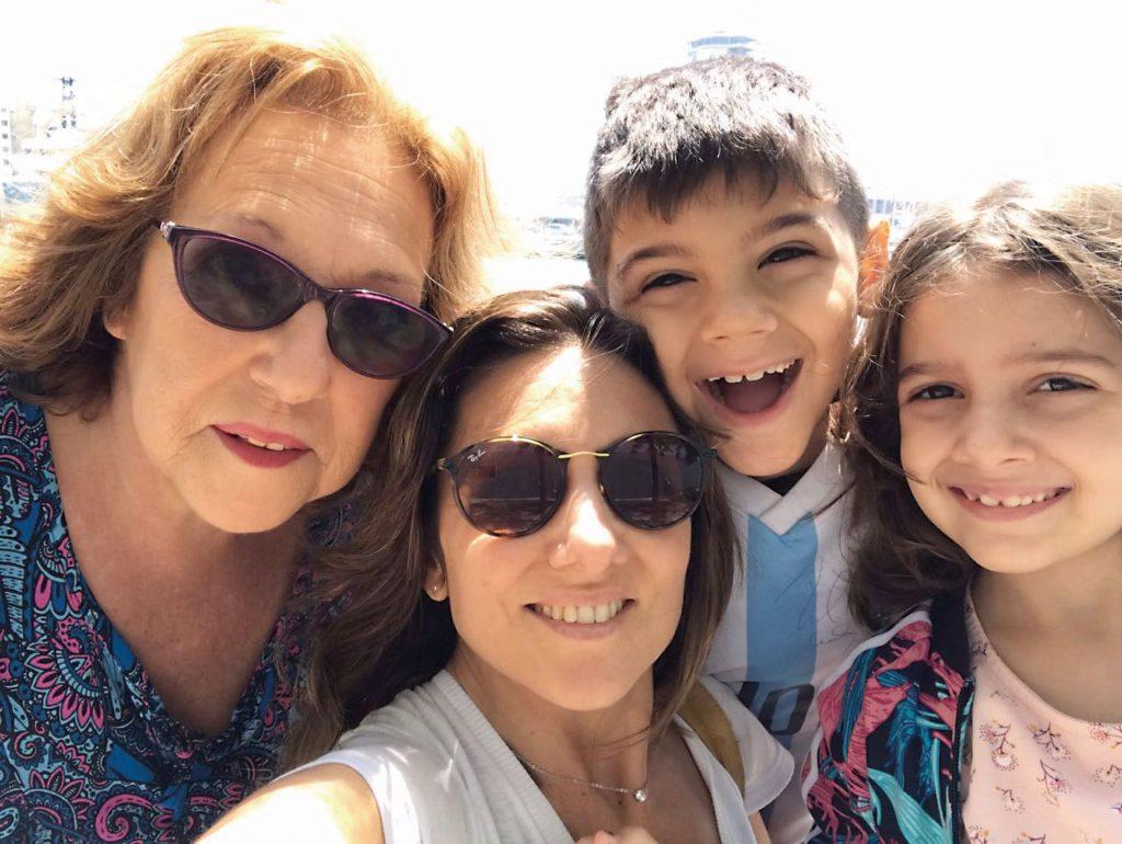 Siempre juntos: Verónica con su mamá y sus hijos, Agustín (8) y Lucía (7), viviendo su propio desafío mundial.